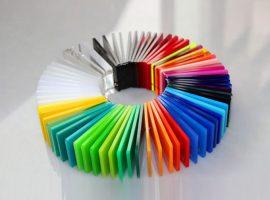 Plexiglass me ngjyra
